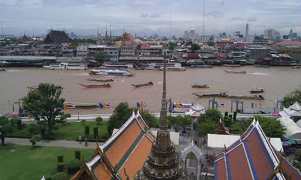 лодки на реке чао прайя в бангкоке