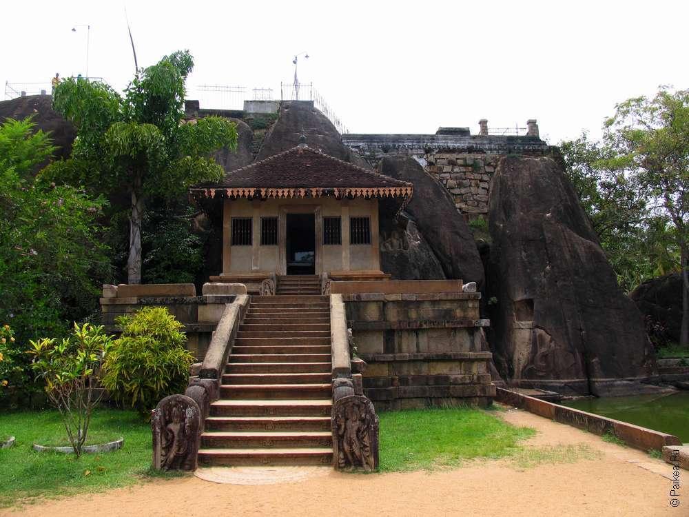 Вход в монастырь Исурумуни в Анурадхапуре