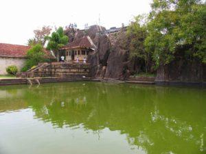 У монастыря выложен каменный бассейн