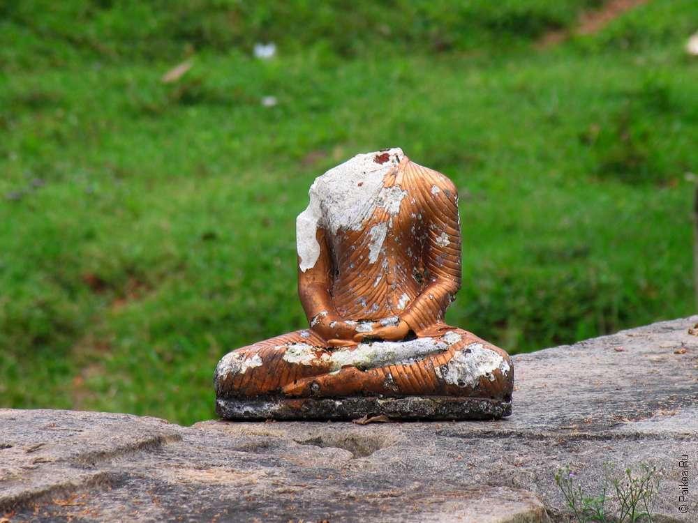 Стауэтка Будды в Анурадхапуре