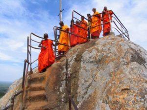Монахи-туристы спускаются со святой горы