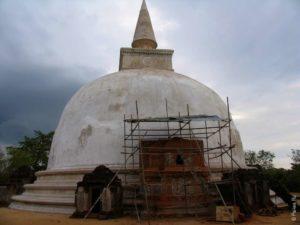 Дагоба Киривихара покрыта белой краской