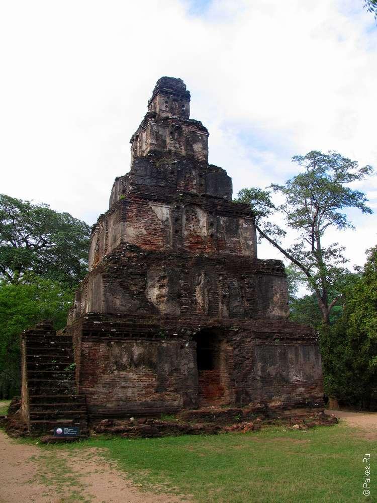 Происхождение этой небольшой пирамиды в Полоннаруве объяснить не так и просто