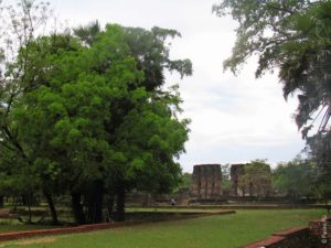 Внушительное здание дворца Паракрамбаху I