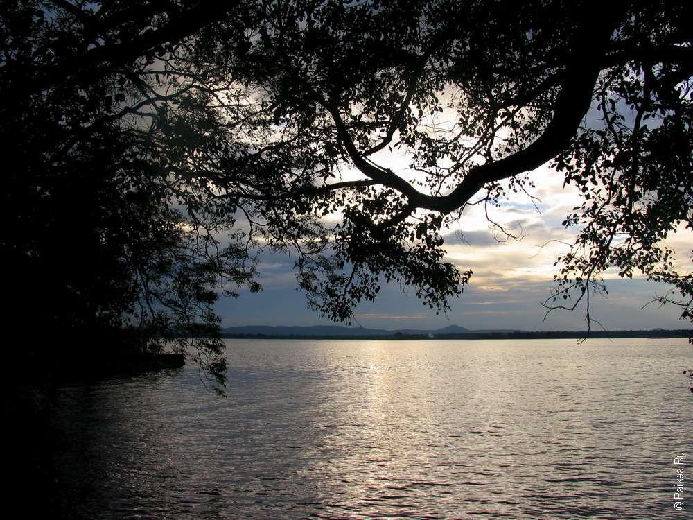 Красивый Закат на озере в Полоннаруве