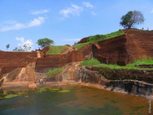 Бассейн во дворце на вершине скалы