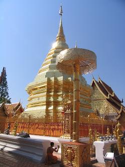 золотая чеди в городе Чианг Май