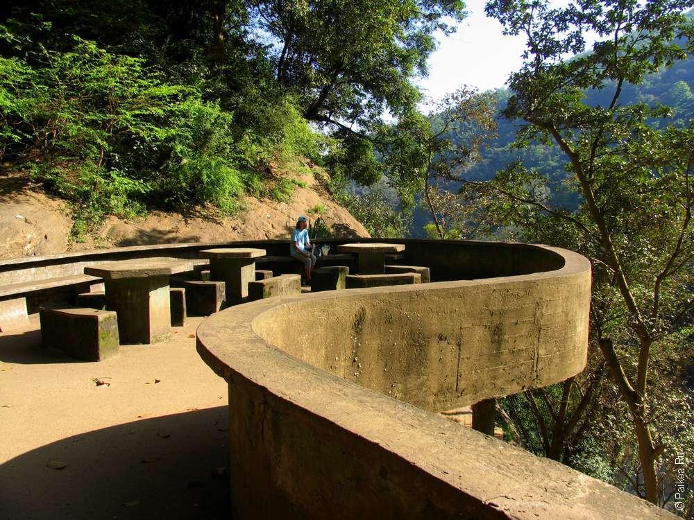 Обзорная площадка у водопада Dunhinda Falls очень удобная