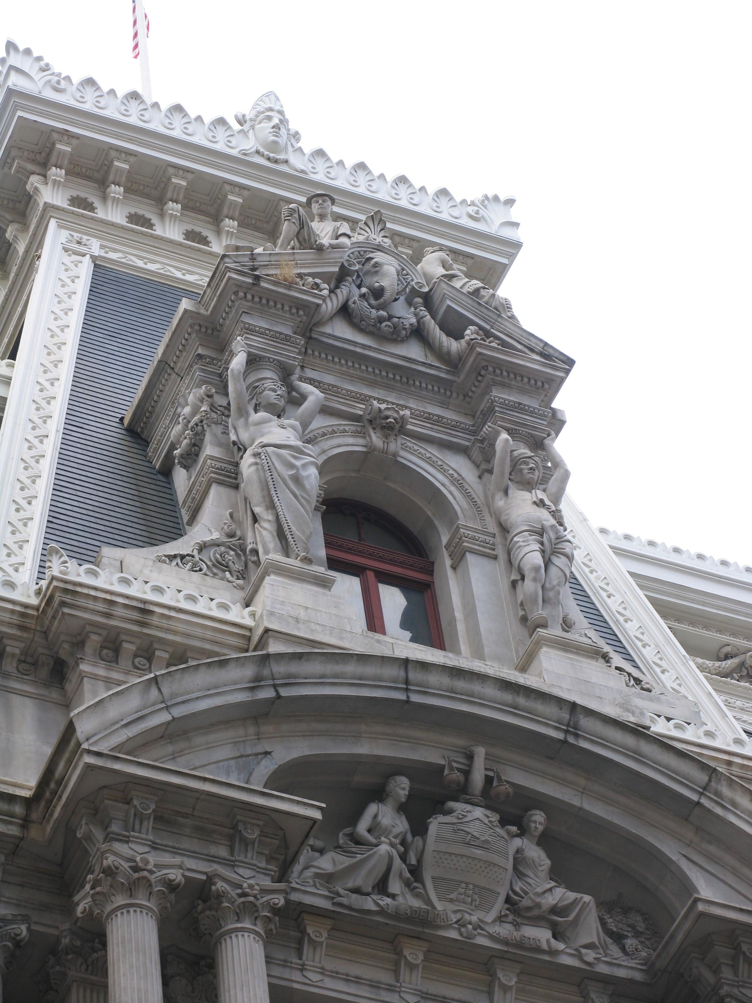 скульптуры на фасаде здания
