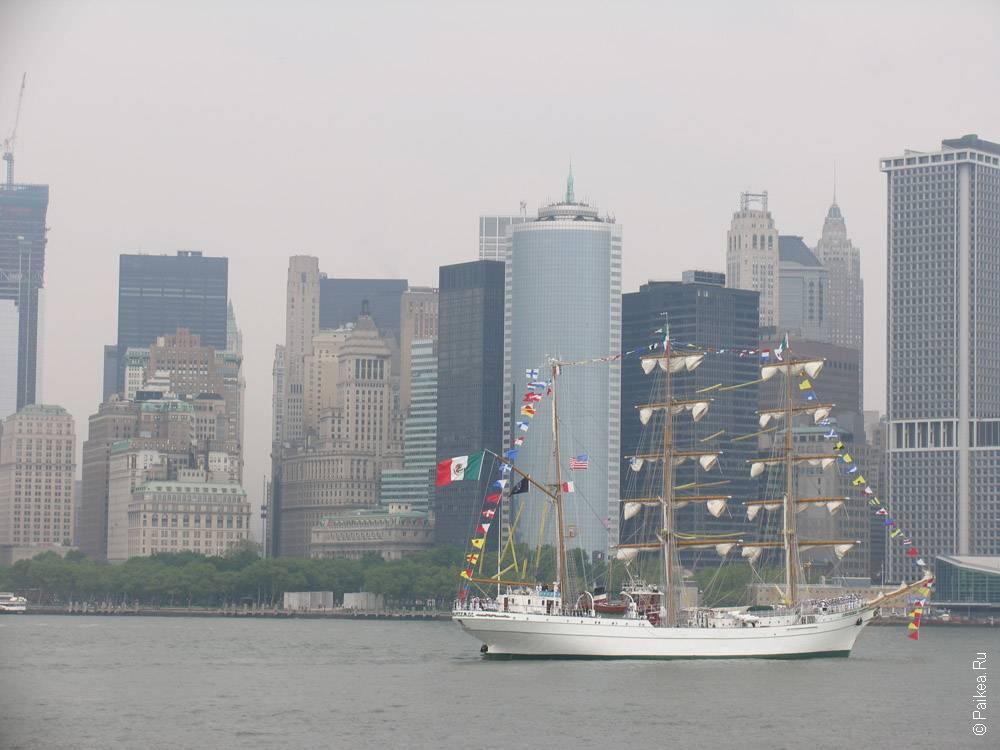 Фрегат на фоне небоскребов в нью-йорке