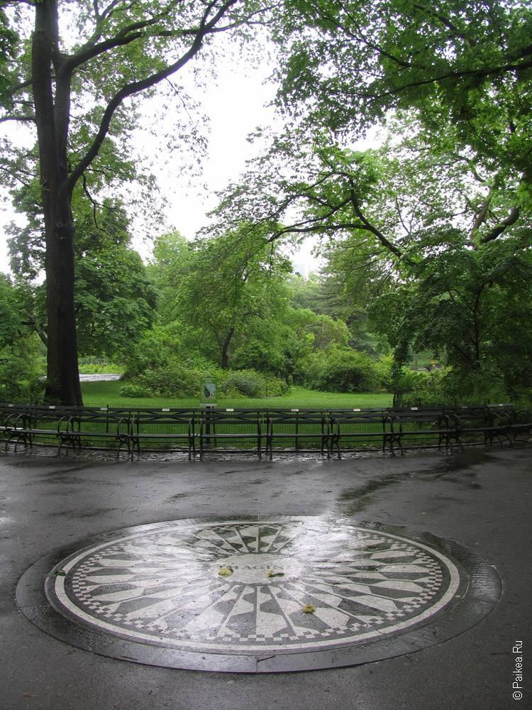 памятный знак битлз в центральном парке
