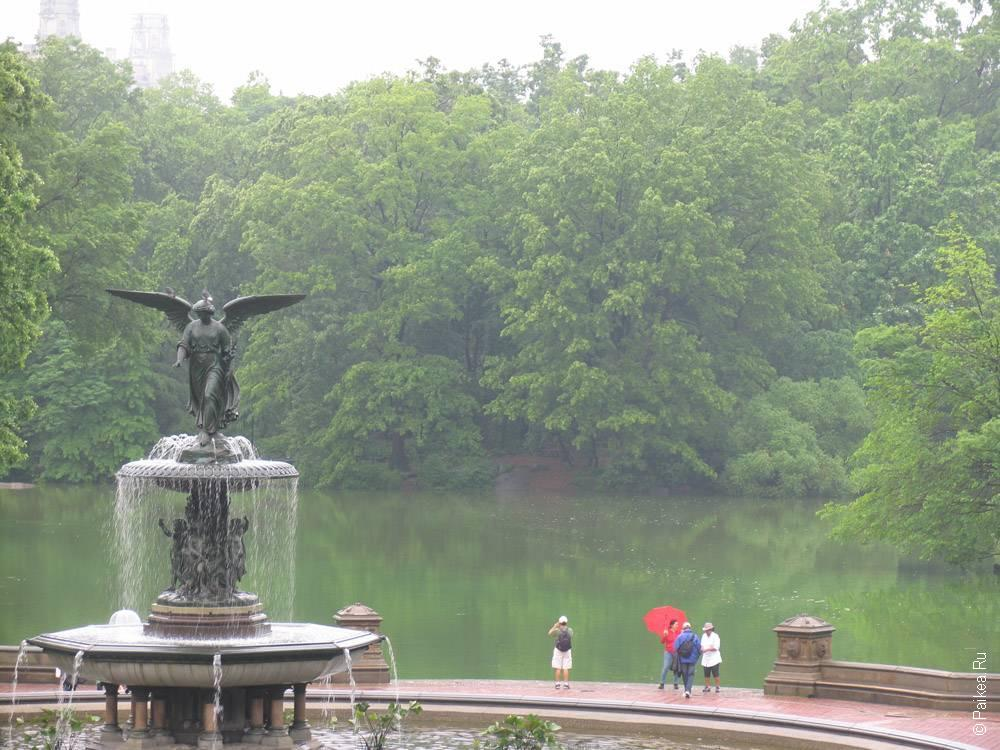 фонтан со статуей