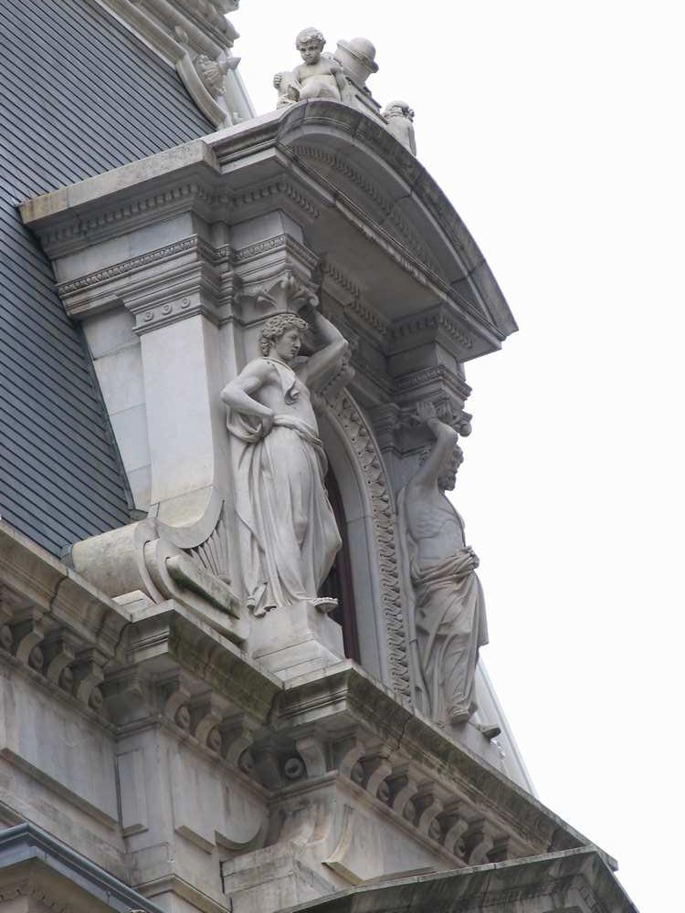 портик со скульптурами над окном