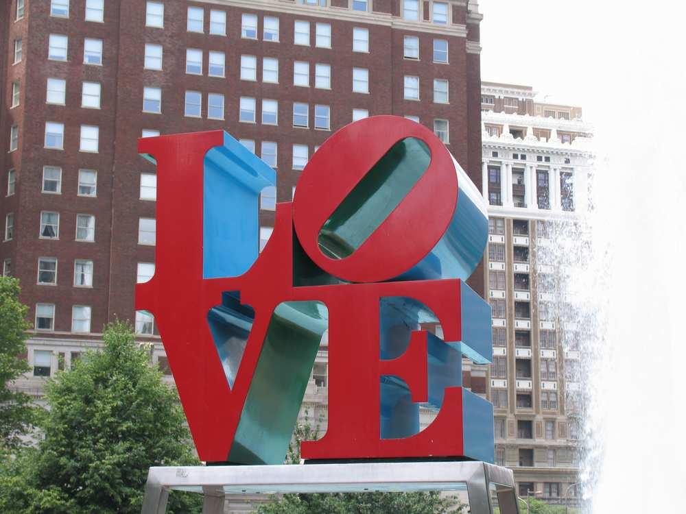 скульптура любовь в филадельфии