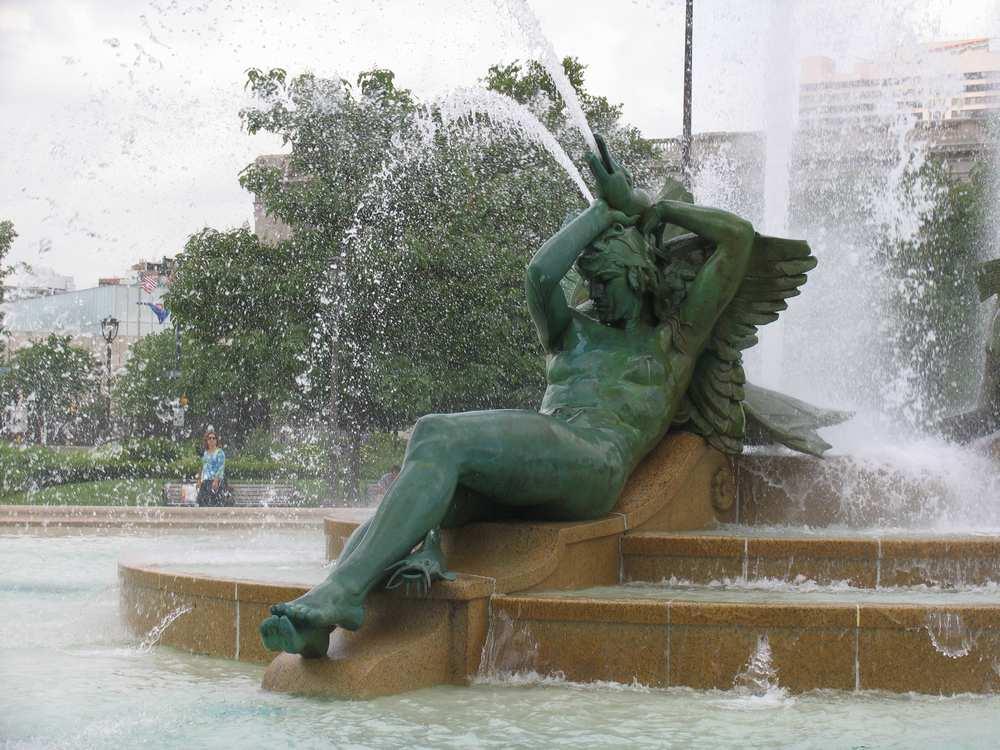 статуя в фонтане