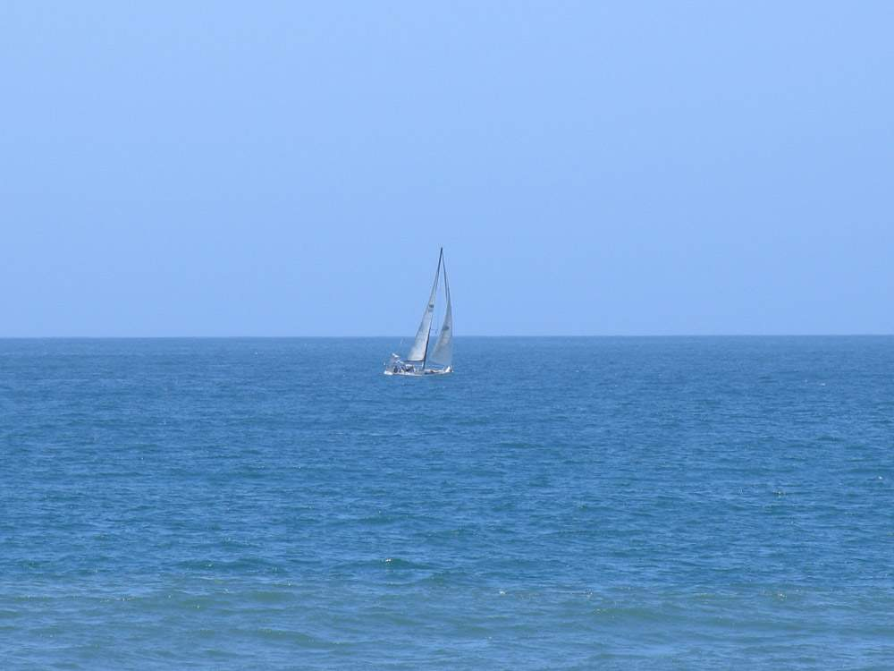яхта под парусом