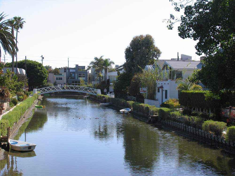 водный канал в городе