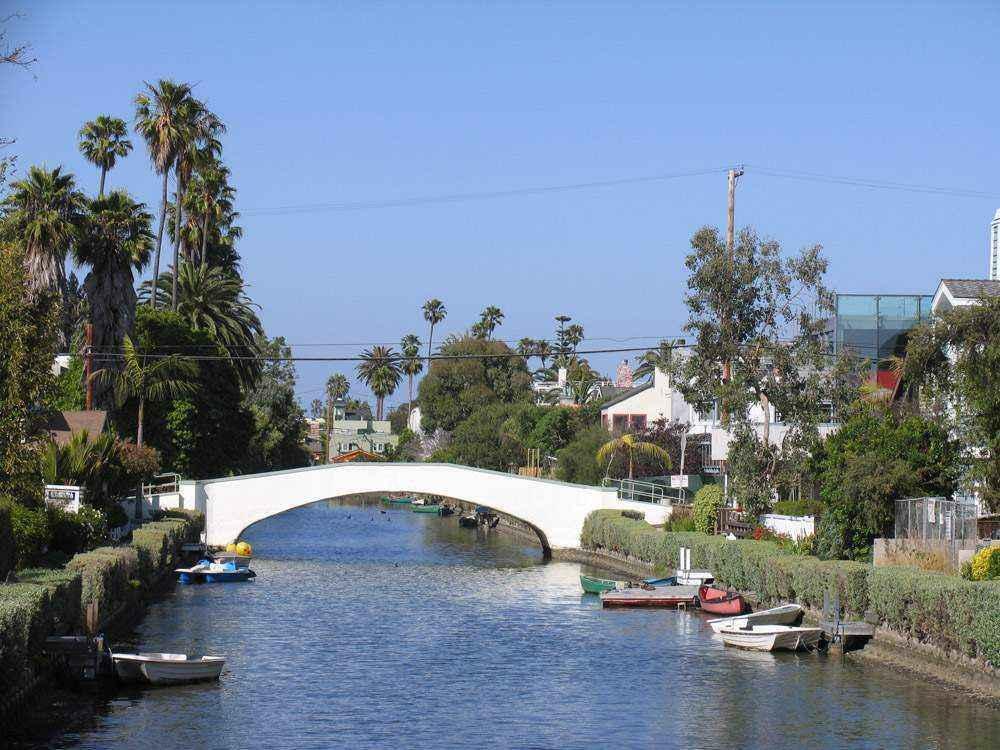 мост через реку и лодочки