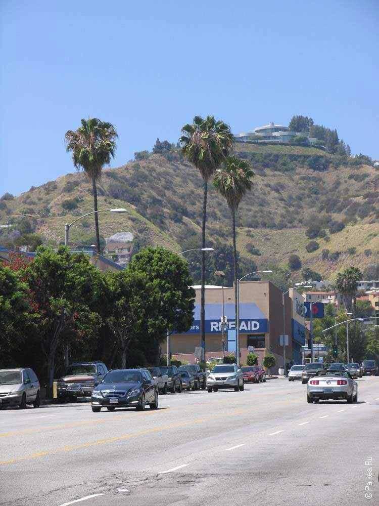 один из холмов в районе голливуд в лос анджелесе