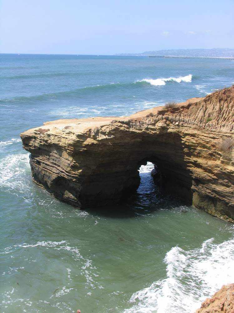 арка в скале на побережье тихого океана в калифорнии сша