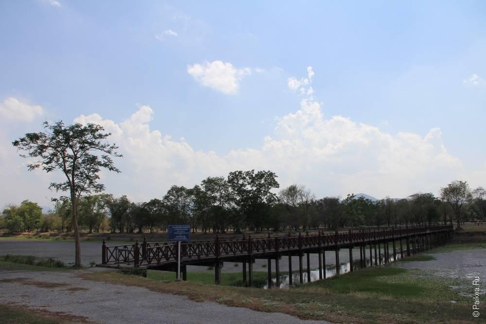 мост через широкий ров с водой