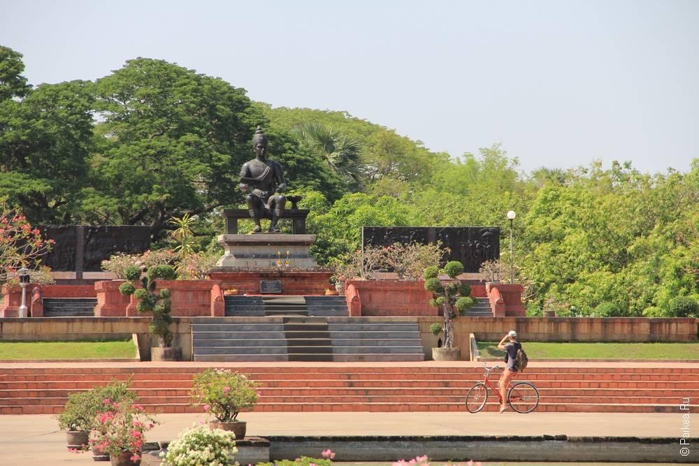 Статуя короля Рамхамаенга