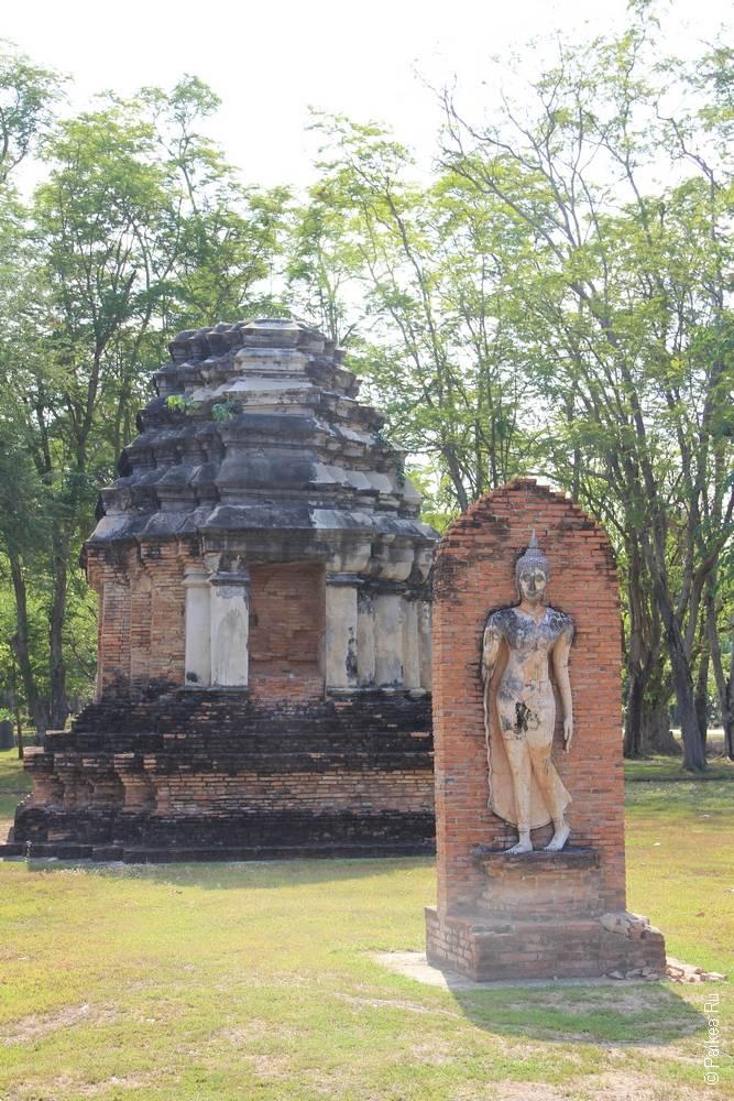 статуя прогуливающегося будды