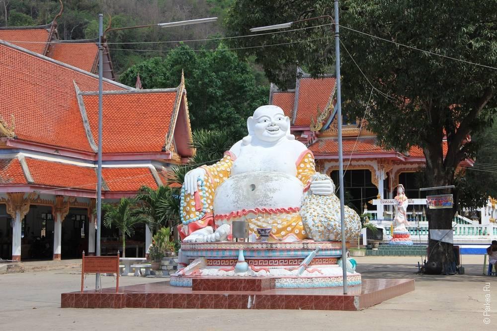 скульптура толстого дяди на площади