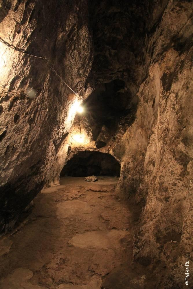 ход в пещере становится узким