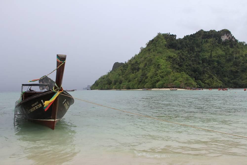 Лодка рядом с островом