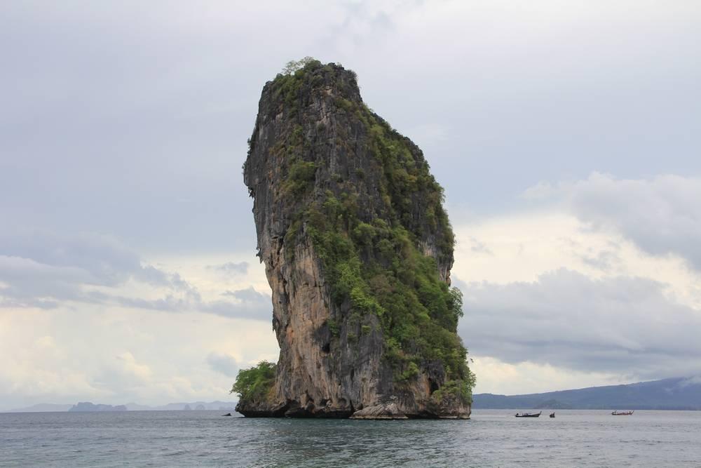 Огромная скала в море