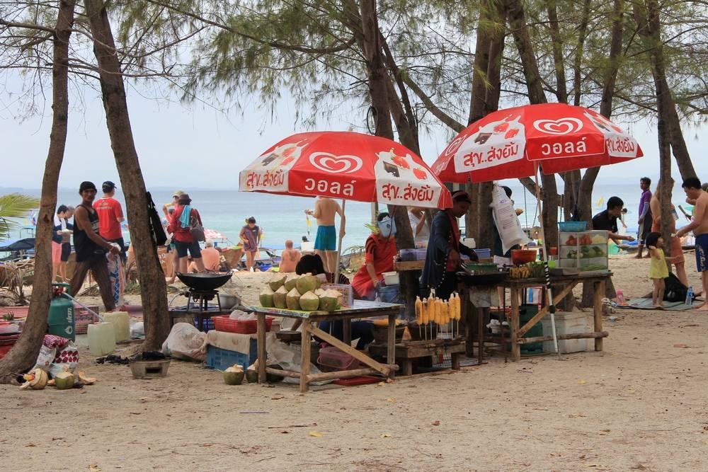 Торговля с лотков на пляже