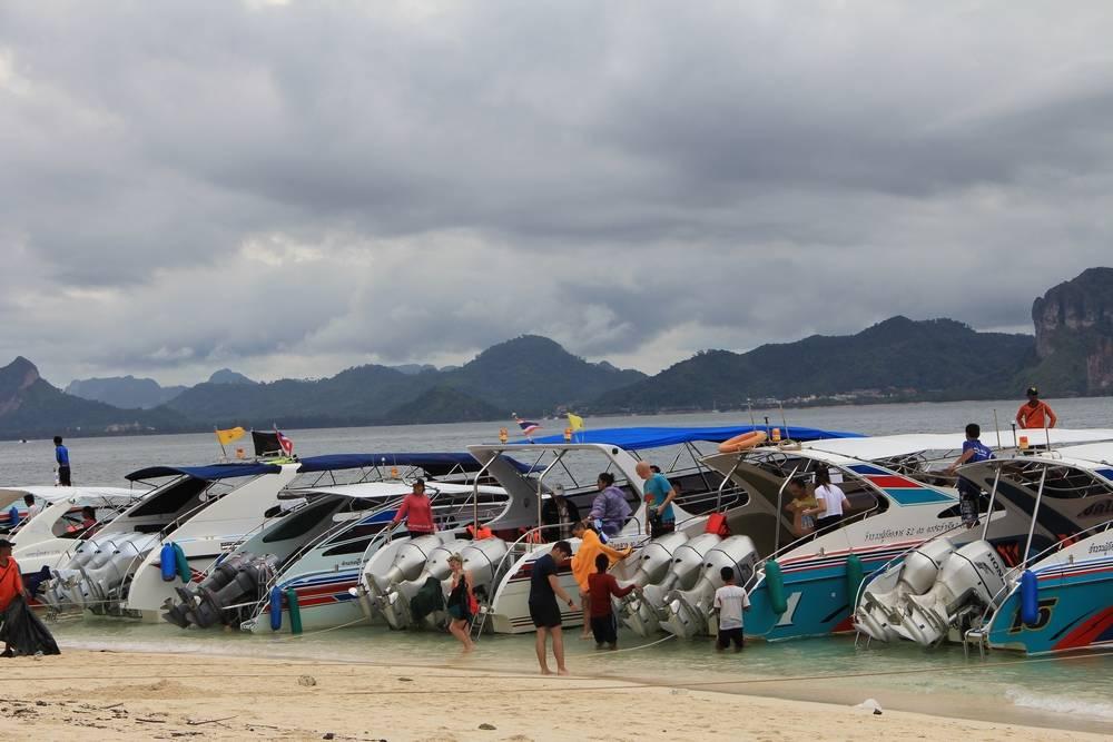 моторные лодки стоят вдоль берега