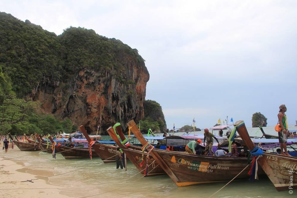 лодки стоят вдоль берега