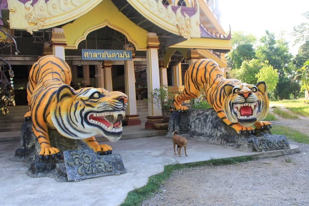 статуи тигров у входа