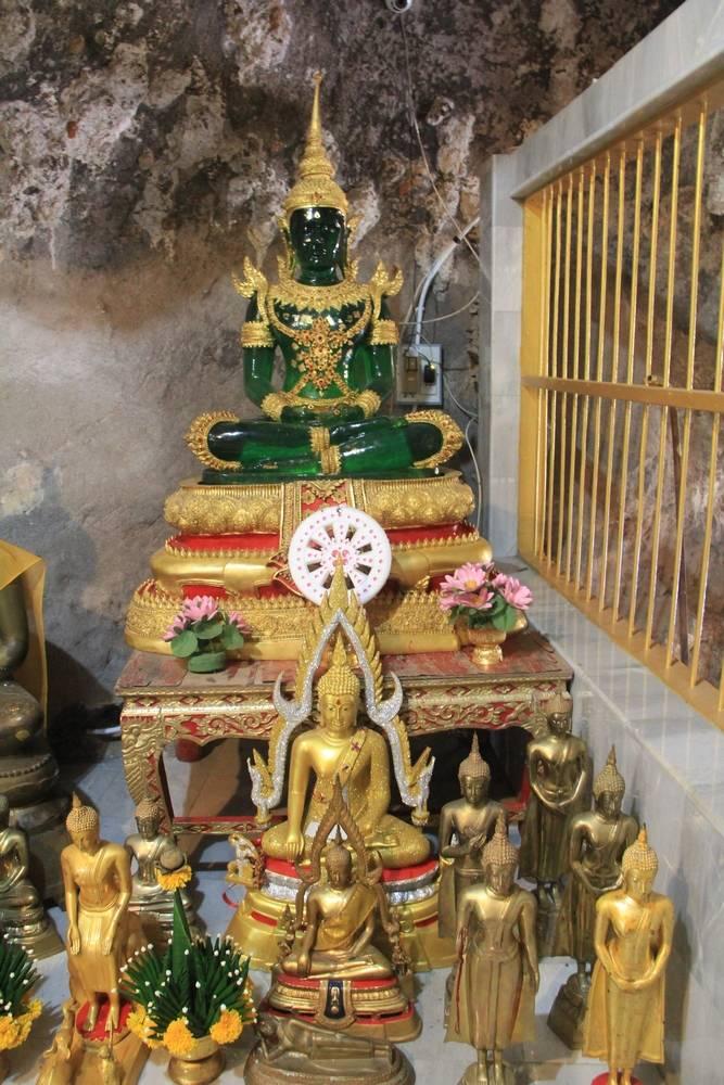 статуя изумрудного будды в пещере