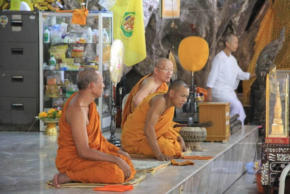 монахи в тайском храме