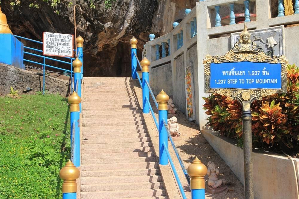 Начало восхождения к Будде на вершине скалы
