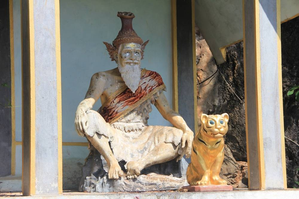 статуя основателя храма пещеры тигра
