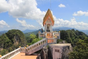 часовня на вершине холма в таиланде