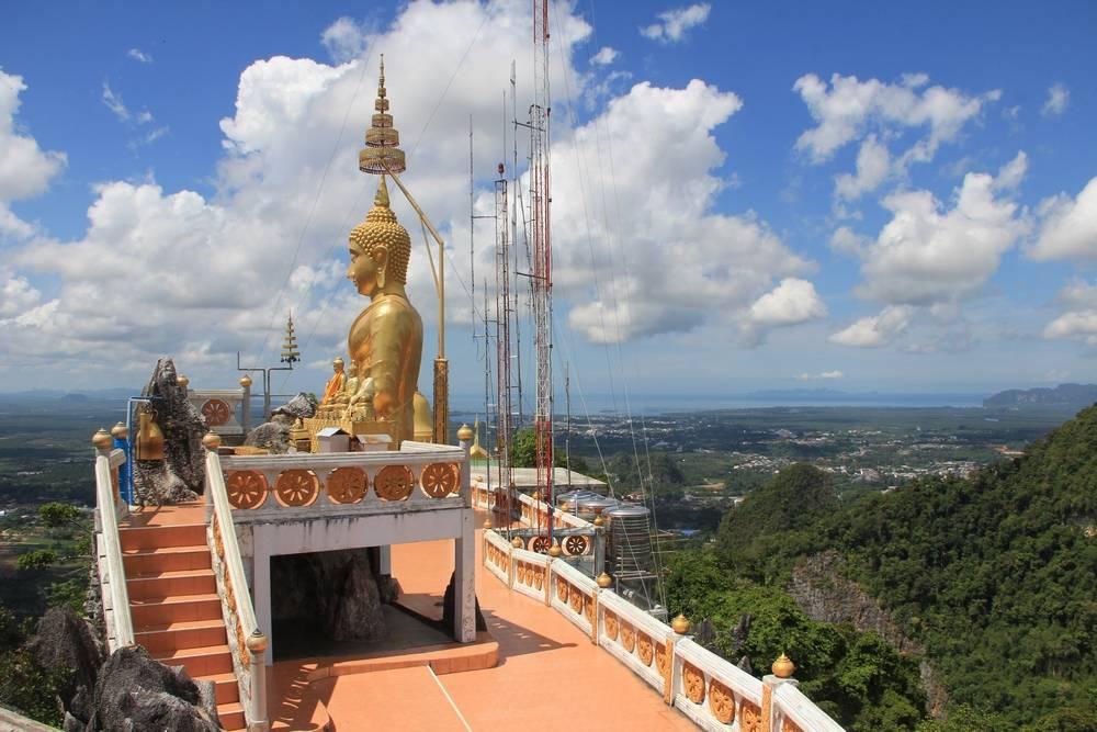 Статуя Будды под зонтиком