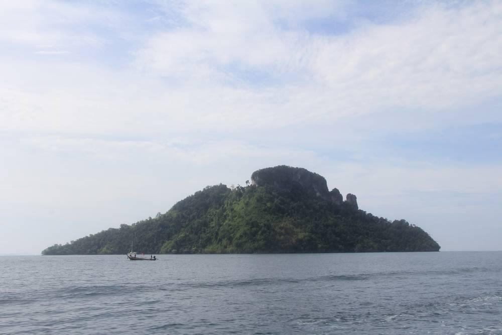 Скалистый остров в море