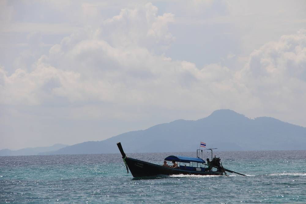 Длиннохвостая лодка в море