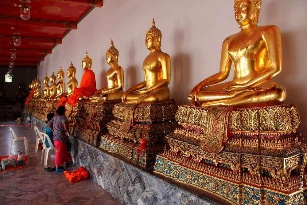 Статуи Будды в галерее