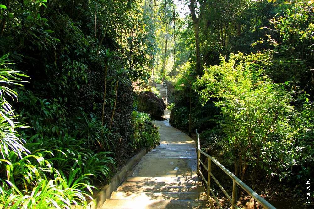 Лестница в храме Чианг Дао