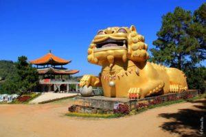 Гигантский лев в Мае Салонг, север Таиланда