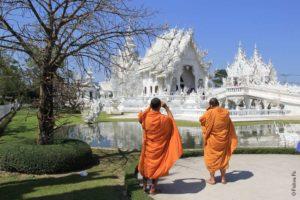 Монахи в Ват Ронг Кхун