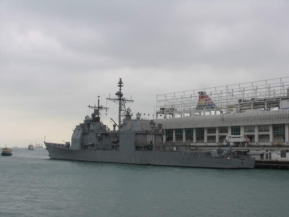 военный крейсер у причала