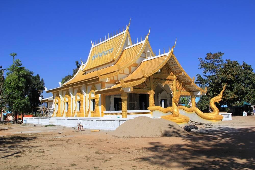 современный тайский храм в городе Tha Ton