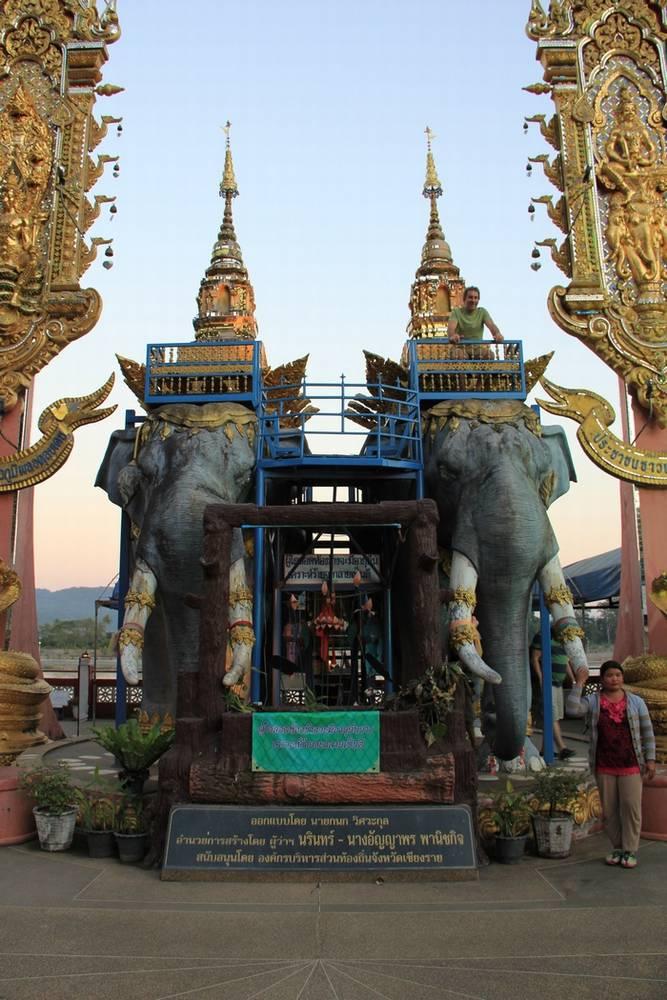 Статуи слонов